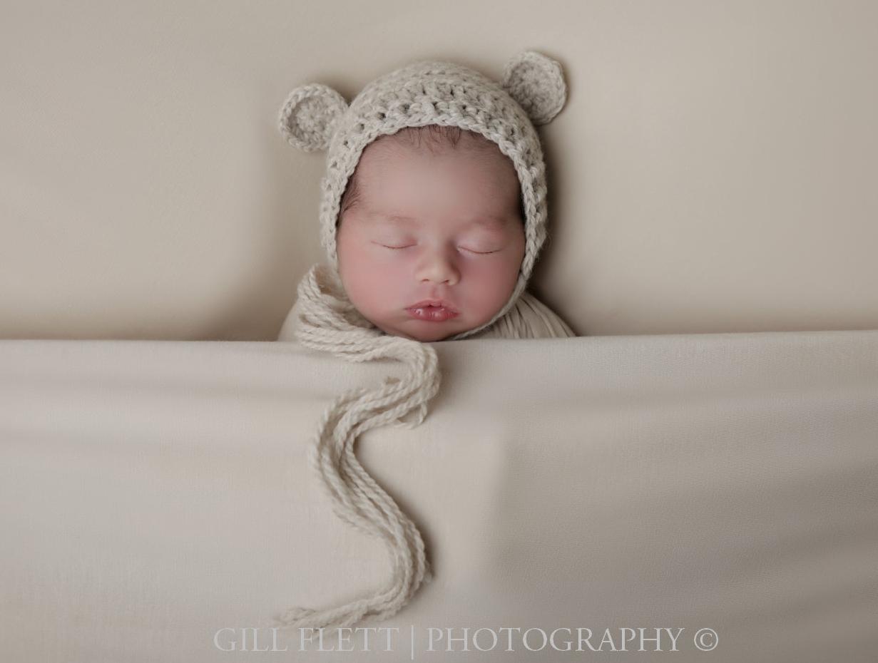 sleepy-pose-newborn-boy-neutral-hat-gillflett-photo-london_img_0005.jpg
