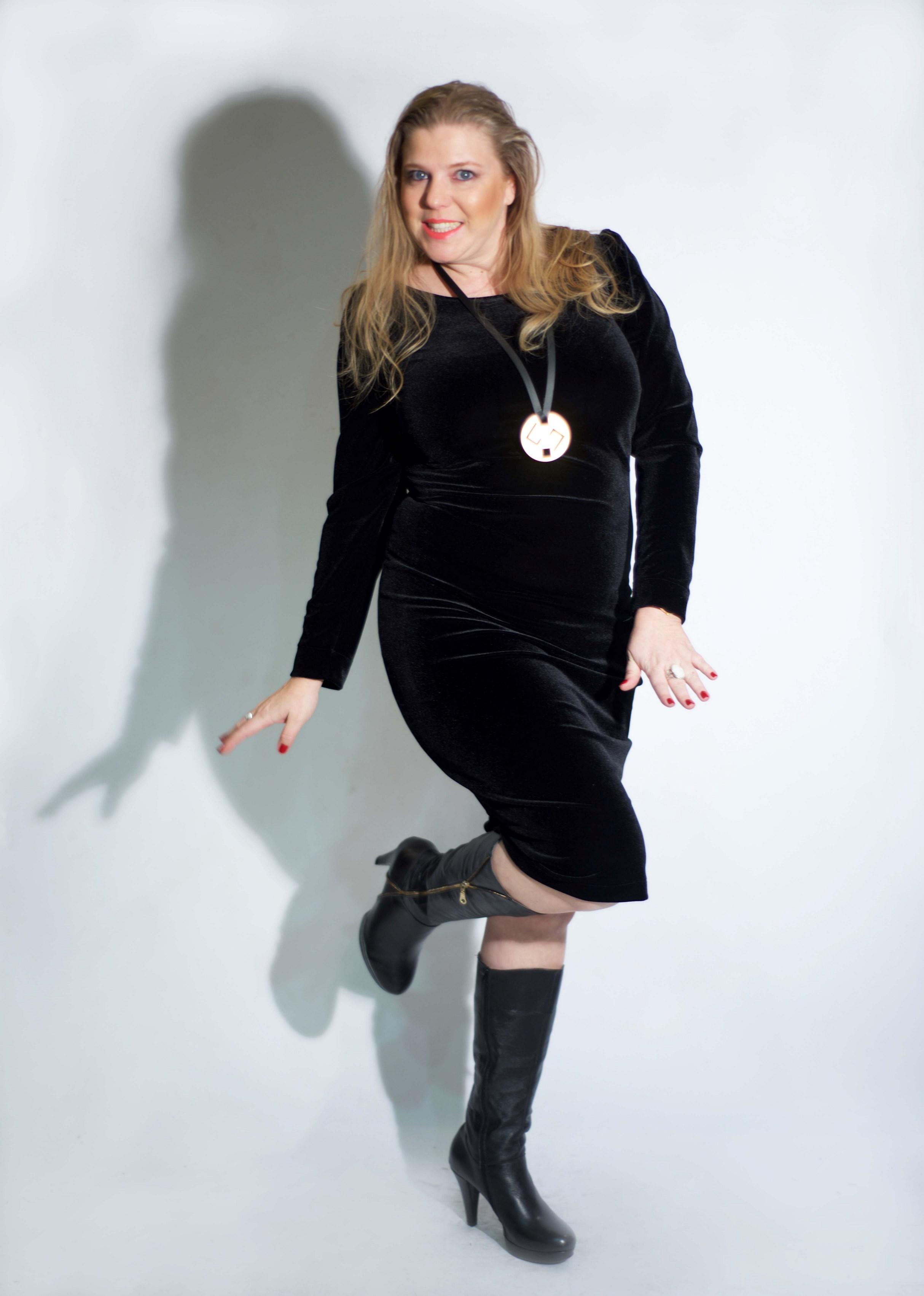 איה לאופר מדגמנת שמלה של המעצבת טלי אימבר.  במכירה הגדולה רק 299 שח. בית טפר תל גיבורים 5 תא צילום מאיה שוהם (Copy).jpg
