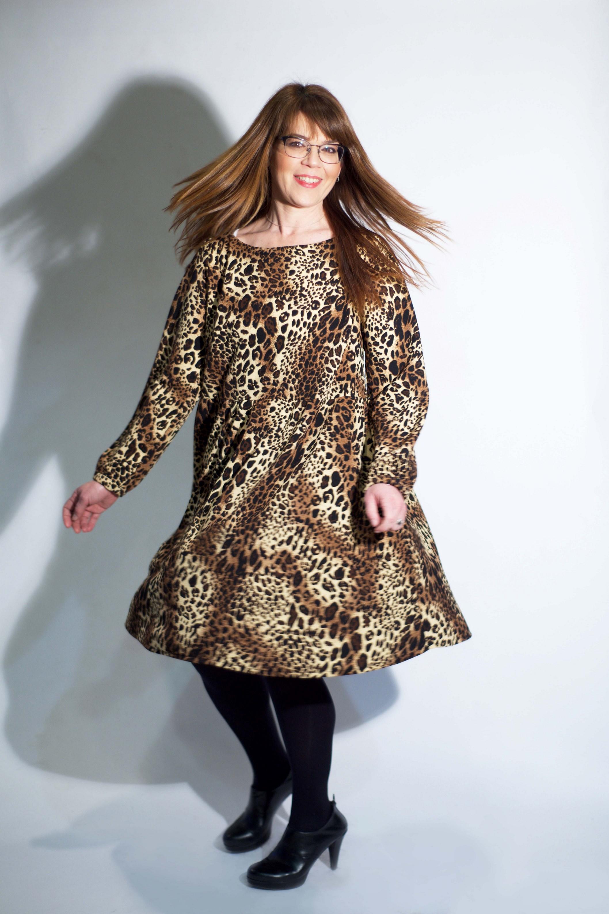 נועה לביא מדגמנת שמלה מנומרת של המעצבת טלי אימבר. תעלה במכירה הגדולה רק 119 שח. בית טפר תל גיבורים 5 תא צילום מאיה שוהם (Copy).jpg
