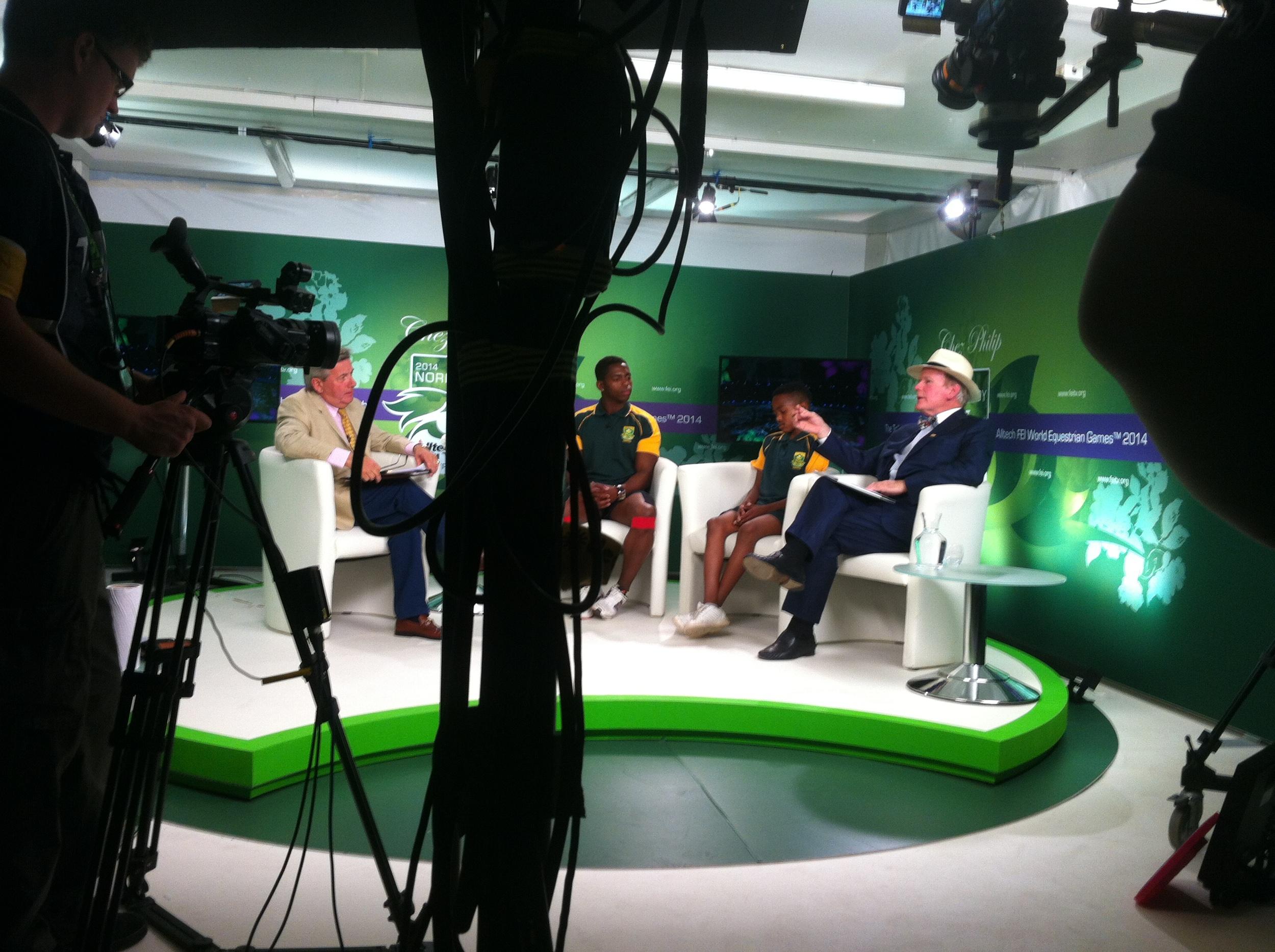 FEI TV heeft een interview met Zuid-Afrikaanse voltigeurs. Rechts zit de directeur van Altech. Hoofdsponsor van de Altech FEI WEG 2014