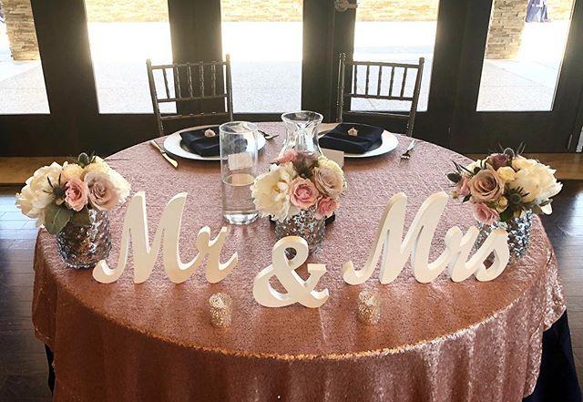 Sweetheart table 💕 #bloominaire #weddingflowers #sweethearttable #weddingflowers #receptionflowers #pinkandbluewedding #pinkflowers #purpleflowers #deverafaeva #brentwoodwedding