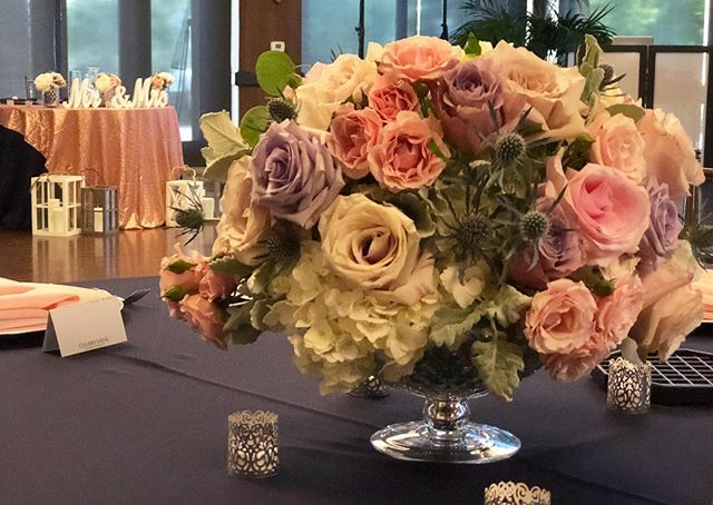Low Centerpieces 🌸 #bloominaire #weddingflowers #purpleflowers #pinkandbluewedding #pinkflowers #trilogyatthevineyards #receptionflowers #deverafaeva