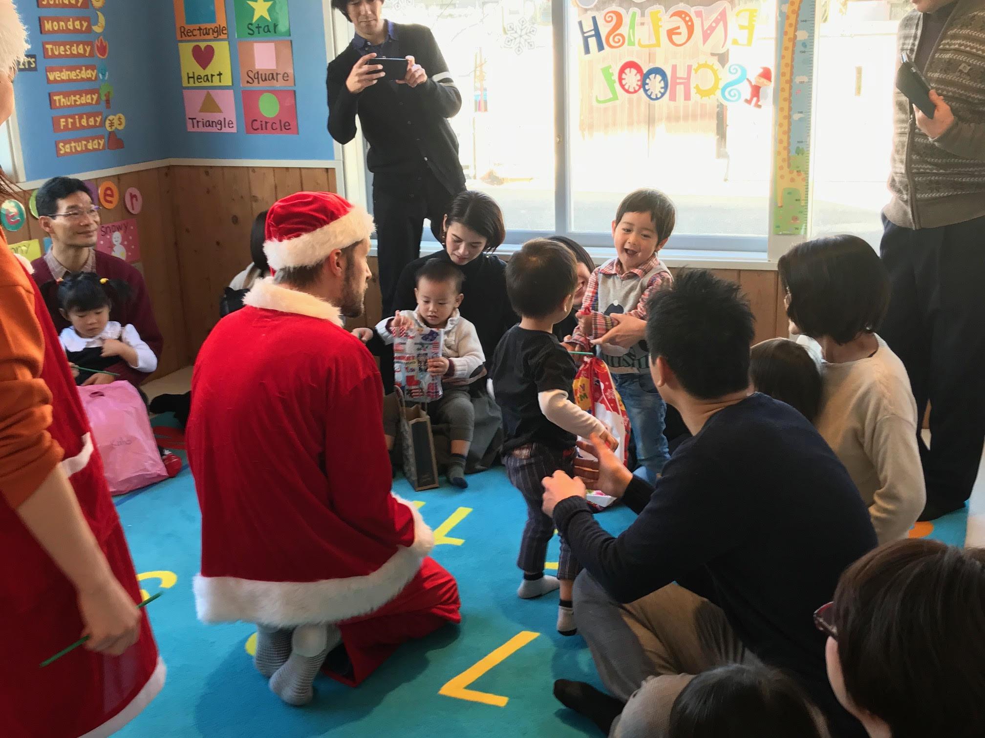 毎年恒例のクリスマスプレゼント交換♬ 何が入っているかな??? Here you are! Merry christmas! 子供達も照れながらもちゃんと言えましたね^^
