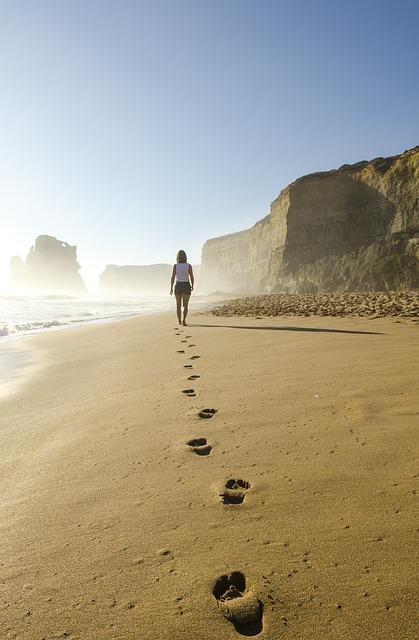 wandelen op het strand, voetstappen op het zand