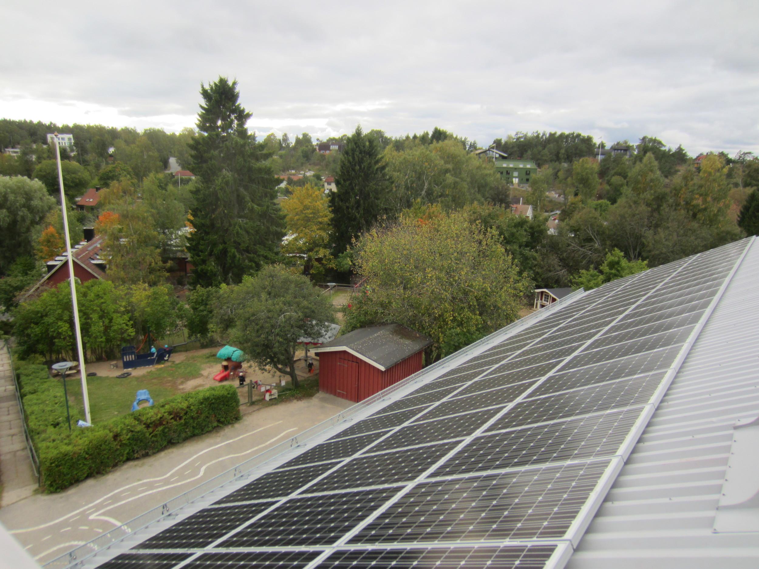 Förstudier för ett 15 tal solcellsanläggningar i Värmdö kommun.  Vi har utfört förstudier för ett 15 tal skolor och förskolor i Värmdö kommun. En av dem, Solbackens förskola (bilden ovan), är uppförd och här stod vi för projektering, upphandling och står för fortsatt uppföljning. Läs mer   här  .