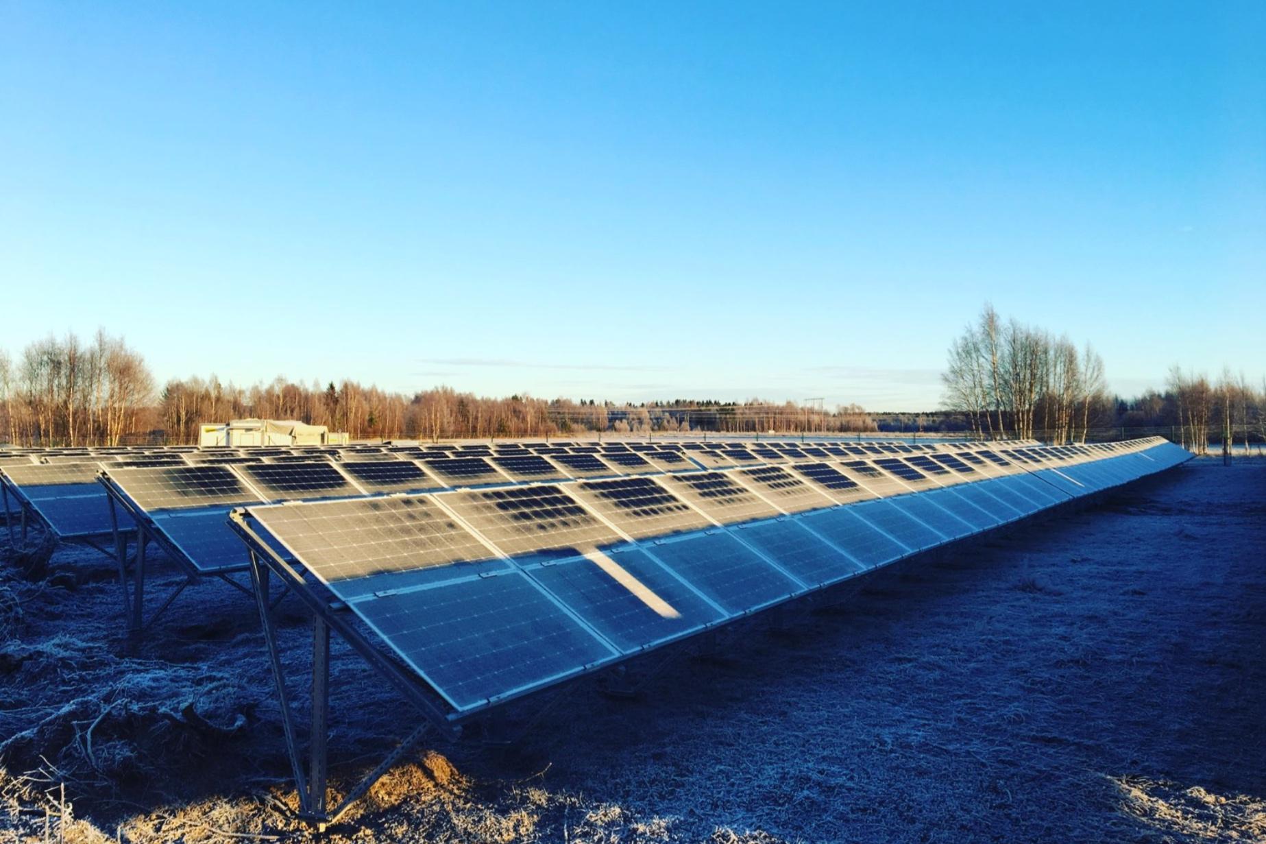 Sunderbyn, Luleå Energi  Luleå Energi valde att utnyttja sitt nordliga läge med midnatssol och snöreflektion och har installerat 700 kW bifacialmoduler. Det är Nordens största anläggning med dubbelsidiga moduler och kanske den nordligaste solparken? Paradisenergi har gjort förstudie och upphandlat parken. Sunderbyns solcellspark står klar under vintern 2018-2019. Läs mer  här.