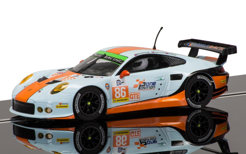 """Porsche en het Gulf Racing Team...   In 2014 is het team """"Gulf Racing"""" gestart met het gebruiken van de Porsche 911 type 991. Het was al ruim 30 jaar geleden dat het Racing Team van Gulf nog met een Porsche in de iconische kleuren van het team, oranje en blauw, racete. Het Gulf Racing Team heeft de afgelopen 50 jaar heel wat races gewonnen en is daarmee een van de bekendste namen uit de Motorsport."""