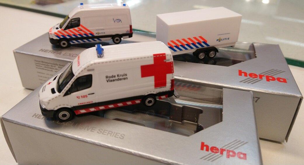 "936989 Mercedes Benz Sprinter Ambulance ""Rode Kruis Vlaanderen"" (B), Herpa  937009 Mercedes Benz Sprinter Politie + aanhanger (NL), Herpa"