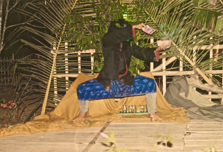 Pementasan sebagai sessi terakhir dari workshop 'Teater Rakyat' di desa Jumapolo kec.Jumapolo kab. Karanganyar Jawa Tengah 1991(?). 'Teater Rakyat' adalah penamaan yang diperkenalkan oleh semacam gerakan teater untuk penguatan akar rumput yang mengadopsi metode Teater Kaum Tertindas dari Augusto Boal. Workshop 'Teater Rakyat' ini pada dasarnya meliputi pembangunan keeratan kelompok, dasar-dasar pendidikan kritis untuk memahami struktur penindasan lewat olah dasar teater (terutama olah tubuh), dasar analisa sosial, pembuatan naskah melalui riset lapangan dan analisa hasil riset lewat diskusi bersama dengan melibatkan warga setempat, pengadeganan diakhiri dengan pentas dan evaluasi - refleksi. Saya berperan sebagai makhluk halus penunggu pohon beringin, dimana soal klenik ini membiaskan cara warga memahami kenyataan dan persoalannya serta bagaimana merespon situasi (mentabiri kesadaran kritis). Di satu sisi bagi penguasa setempat pohon beringin dan penunggunya ini dipakai untuk mengukuhkan status quo, di sisi lain bagi rakyat menjadi media fatalisme. Kalau tak salah ingat begitu.