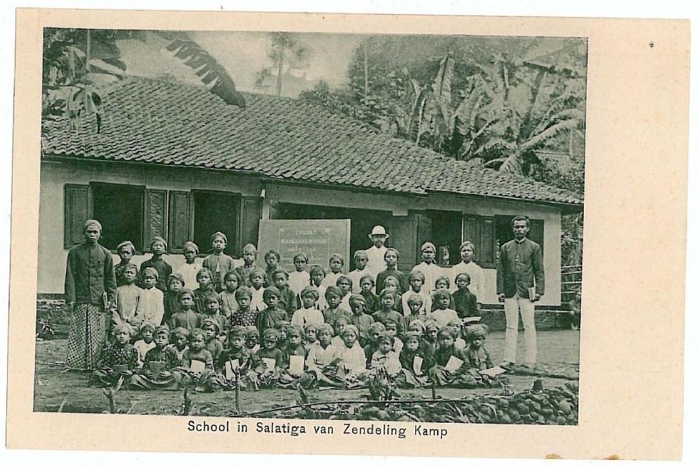 Sebuah sekolahan jaman Hindia Belanda di Salatiga yang diselenggarakan oleh Zending (misi pekabaran Injil Belanda - Kristen). Tahun entah.