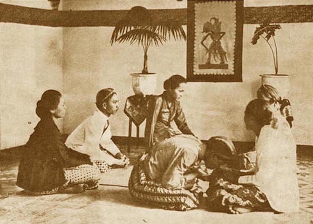 Demikianlah salah satu gambaran suasana berlebaran dalam keluarga Jawa. 1925.