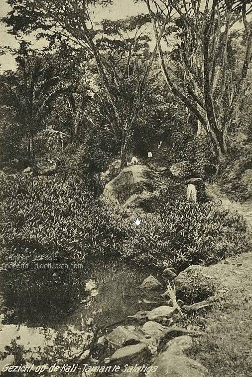 Daerah perairan Kalitaman (ca. 1905), Salatiga. Pertanyaannya; apakah poto ini dari arah SKKP (Sekolah Khusus Ketrampilan Putri / Jalan Pemuda) atau dari arah Benoyo? Kalau dari arah SKKP kolam itu kemungkinan adalah Kali Lanang (dan Kali Gedhong yang sekarang jadi kolam renang Kalitaman). Kalau dari arah Benoyo maka kolam itu kemungkinan adalah Kali Wedok. Kemungkinan lain dari arah Kali Somba ke Krajan (jalan Pramuka), artinya Kali Gethek yang sekarang sudah hilang.