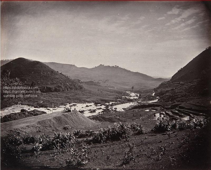 Pembangunan jalan kereta api menghubungkan stasiun Kedungjati (kab. Grobogan Jawa Tengah) dengan benteng Willem I di Banyubiru (kab. Semarang Jawa Tengah) melewati lembah sungai Tuntang. 1870 (di poto sejenis yang lain tertera 1857 - 1874).