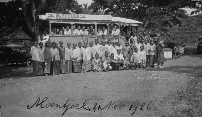 Murid sekolah perawat Rumah Sakit Sipil pusat Semarang sedang piknik ke Muncul (kec. Banyubiru kab. Semarang); daerah sumber mata air besar dekat Salatiga dengan pemandangan elok. 21 Nopember 1926.