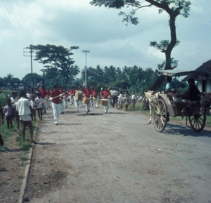 Karnaval drum band dari sebuah sekolah menengah atas di Salatiga. 1971.