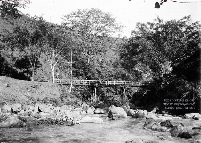 Jembatan di atas kali / sungai Setro, Salatiga. 1918.