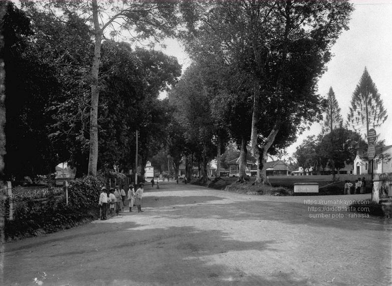 Lapangan gereja Kristen. Nampak gereja, hotel dan gardu listik. Kemungkinan besar foto diambil dari sekitar perempatan dekat Hotel Quality sekarang menghadap bunderan / Ramayana Mall. 1925.