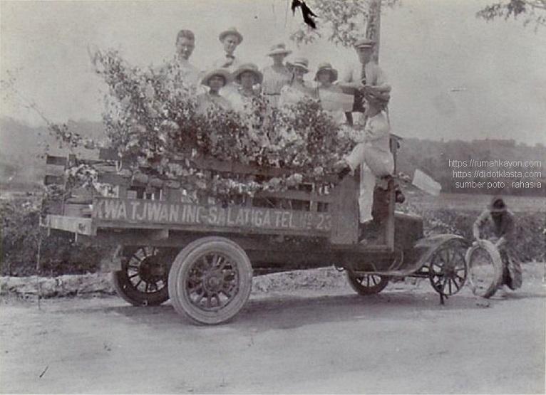 Truk berpenumpang sedang diganti rodanya. Salatiga. 1925.