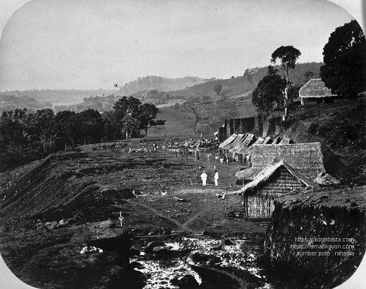 Pembangunan jalur kereta api melewati daerah Gogodalem kec. Bringin kab. Semarang. 1870.