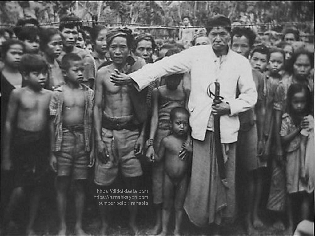 Rakyat Salatiga menunggu pembagian pakaian oleh Palang Merah (internasional). 18 September 1947.