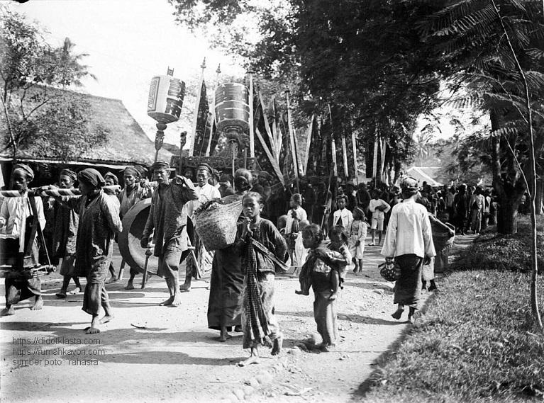 Prosesi penguburan cara Cina di Salatiga. 1911.