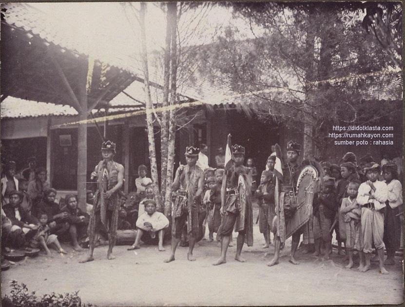 Kesenian rakyat Kuda Lumping. Salatiga. 1912.