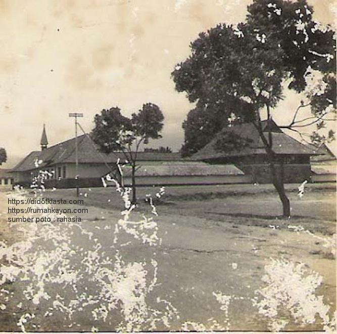 SMP Negeri 1 Salatiga tempu dulu. Tahun entah. Tahun 1982 saat aku mulai masuk, lapangan depan kanan sudah menjadi lapangan basket?