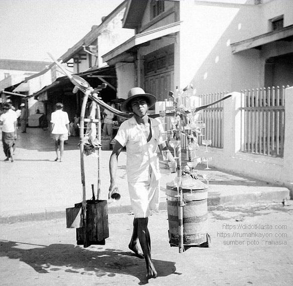 Penjual minuman es keliling di daerah perkotaan Salatiga.Sampai pertengahan 70an saat aku masih kecil masih ada. 1951.