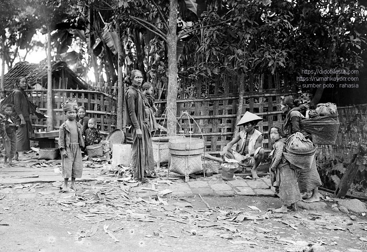 'Sang arjuna keren' di antara para bidadari jelita dan kanak-kanak jawa. Menurut keterangan sumber, dia adalah penjual krupuk. Tepi jalan dari Salatiga arah ke Boyolali. 1918.