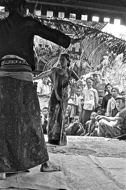 Perhelatan yang diadakan di desa Dadapayam menyambut(?) Resimen Infantri 2-6 Brigade Macan (pasukan khusus Belanda). 8 Dec 1947.