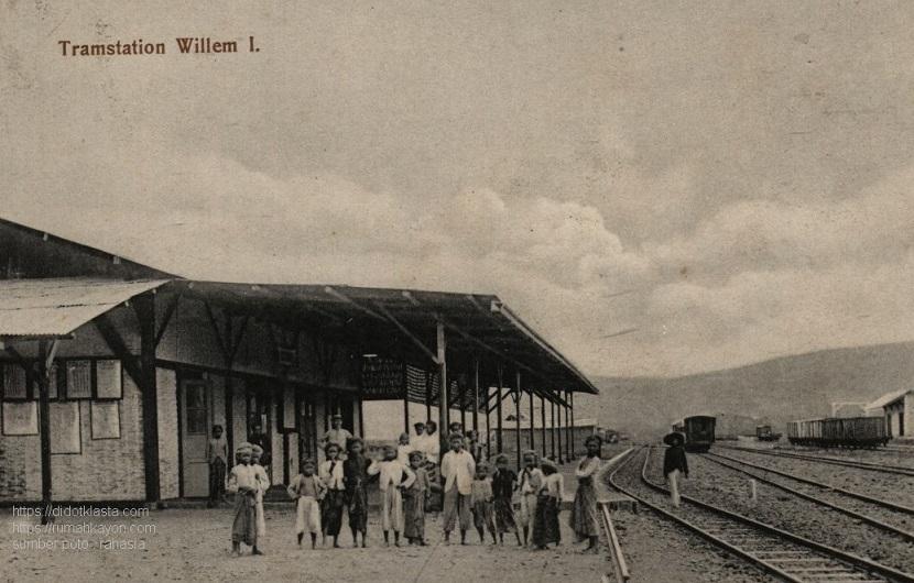 Stasiun kereta api Ambarawa. Dulunya bernama Willem 1 sesuai dengan nama raja Belanda waktu itu yang memerintahkan pembangunannya. Stasiun ini menghubungkan trayek Ambarawa - Kedungjati dengan lebar jalur 1435 mm dan Ambarawa - Jogjakarta dengan lebar jalur 1067 mm. Kini menjadi museum KA Ambarawa. ca 1910.