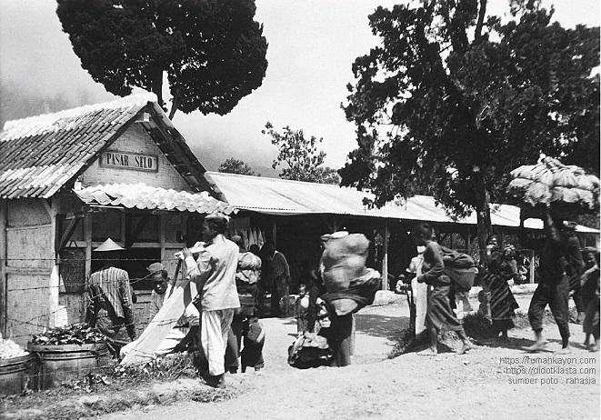 Pasar Selo; sekarang sebuah kecamatan di ketinggian antara Gunung Merbabu dan Gunung Merapi di kabupaten Boyolali. Sekitar 45 km dari Salatiga lewat Boyolali. 1932.