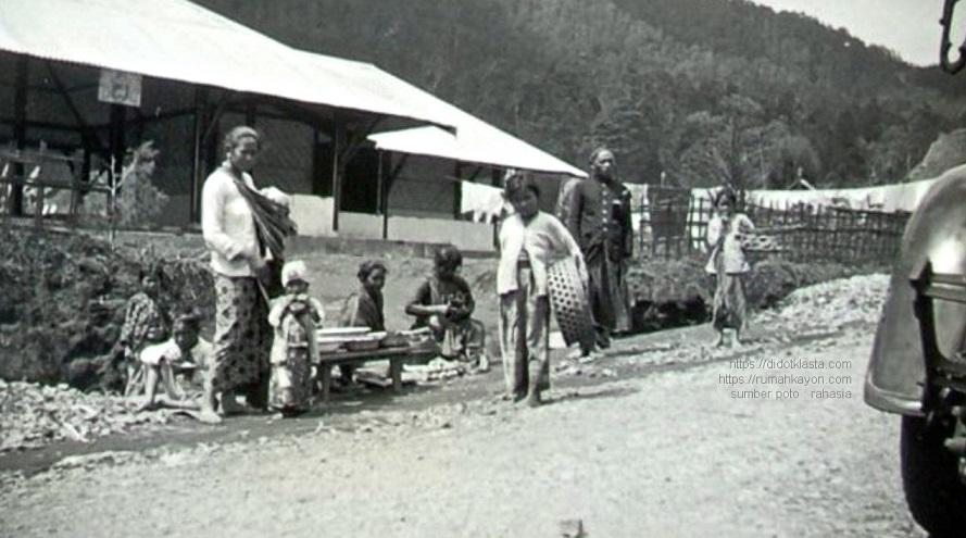 Selayang pandang rakyat Kopeng (lereng Merbabu 15 km dari Salatiga) dan pejabat setempat. 1934.