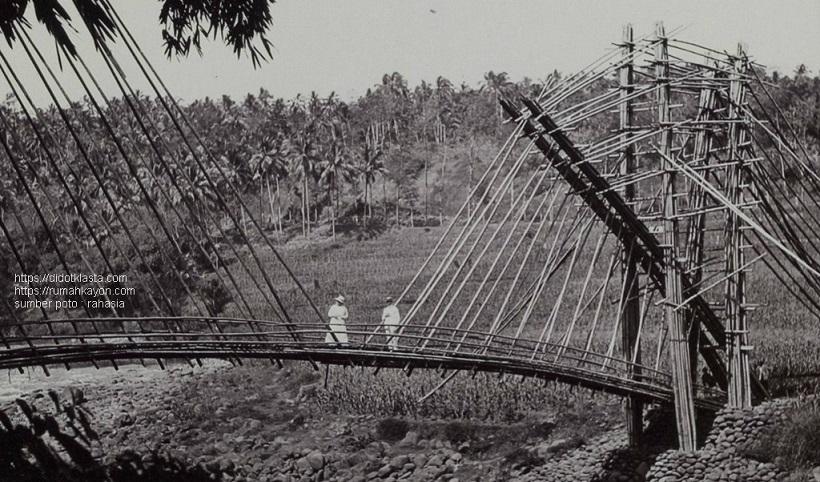Jembatan bambu yang indah di daerah sekitar rumah G.B.F. van der Schoot; komandan pasukan kavaleri KNIL di Salatiga. ca 1910.