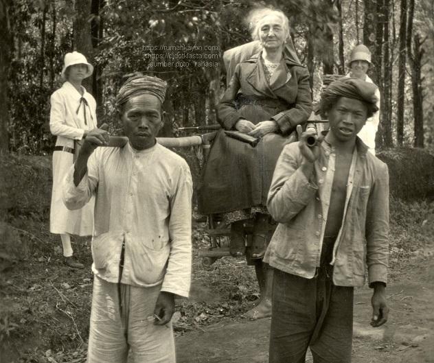 Louise Charls Ort dan keluarga dalam perjalanan ke Kopeng di lereng Merbabu Salatiga. ca 1923.