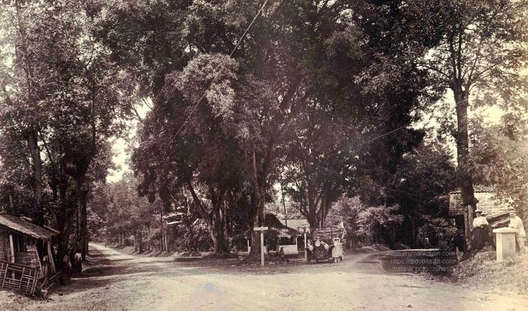 Beberapa orang Eropa nampang di pertigaan legendaris mBawen (kab. Semarang). Dari posisi mobil di tengah poto, tampaknya mereka sedang melakukan perjalanan dari Magelang atau bahkan Jogjakarta. Jika terus ke arah Semarang, jika belok kanan ke arah Salatiga. Menariknya di bagian depan mobil tertulis angka 86. Hisgen & Co. ca 1915.