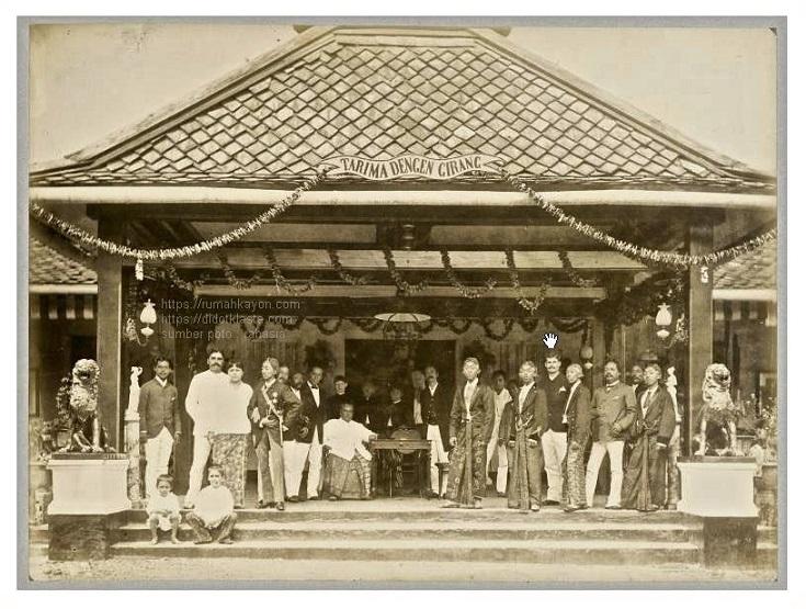 Sebuah acara yang diselenggarakan keluarga Dezentje di rumah mereka di Ampel (dekat Salatiga) dimana mereka mengundang sejumlah ningrat, salah satunya putra mahkota kraton Surakarta. ca 1900.