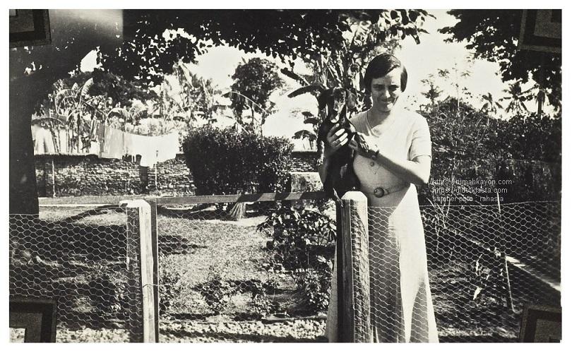Suze Pik-Kunst dan anjingnya yang bernama Soelami di Kopeng; tempat rekreasi lereng Gunung Merbabu, Barat Daya Salatiga. Oktober 1934.