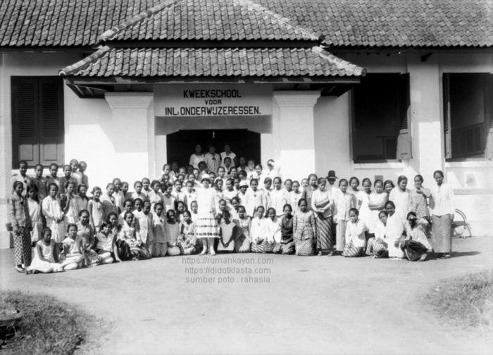 Para peserta kursus / murid sekolah guru putri (untuk sekolah desa? - sekolah desa adalah sekolah SD namun hanya sampai kelas 3 = sekolah Ongko Loro) di depan sekolahnya yang sekarang menjadi SMPN 2 Salatiga di jalan Kartini. 5 Oktober 1928.