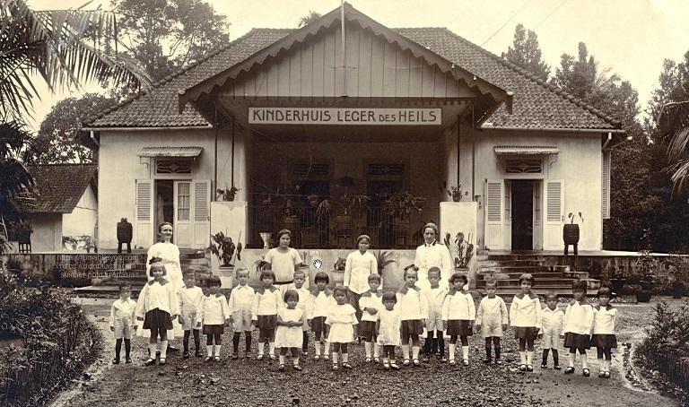Anak-anak panti asuhan yang terletak di pinggir jalan ke Semarang (Toentangscheweg / jalan Diponegoro) yang dikelola organisasi (atau gereja?) Kristen Bala Keselamatan / Salvation Army / Leger des Heils sedang berpoto bersama para pengasuhnya. ca 1930.
