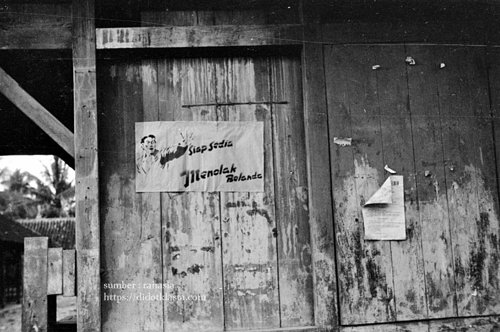 Sebuah poster kaum Repubik bertuliskan : Siap Sedia Menolak Belanda, di sudut kota Salatiga. Poster ini berkonteks situasi Agresi Militer Belanda pertama atau disebut juga Operatie Product (Juli - Agustus 1947) yang dilancarkan di Jawa dan Sumatra yang melanngar Persetujuan Linggarjati.