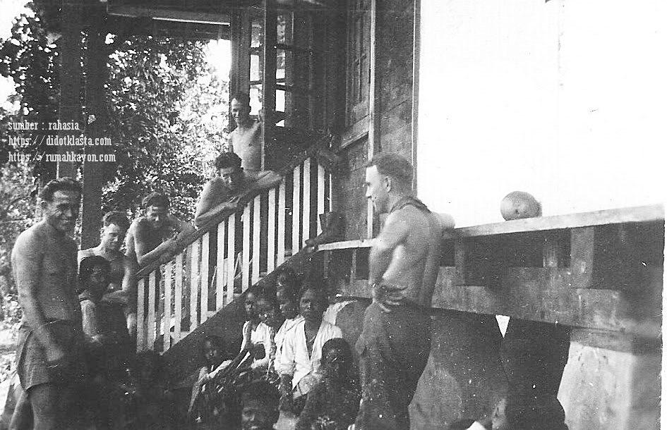 Diwaktu senggang dalam agresinya yang pertama ke Republik Indonesia Merdeka, serdadu komando pelopor Brigade Macan penjajah Belanda keparat nampaknya juga suka 'membajul' perempuan-perempuan bumi putra di sebuah dusun di desa Tempuran (sekarang bagian dari kecamatan Bringin, kab. Semarang Central Java). Desember 1947.