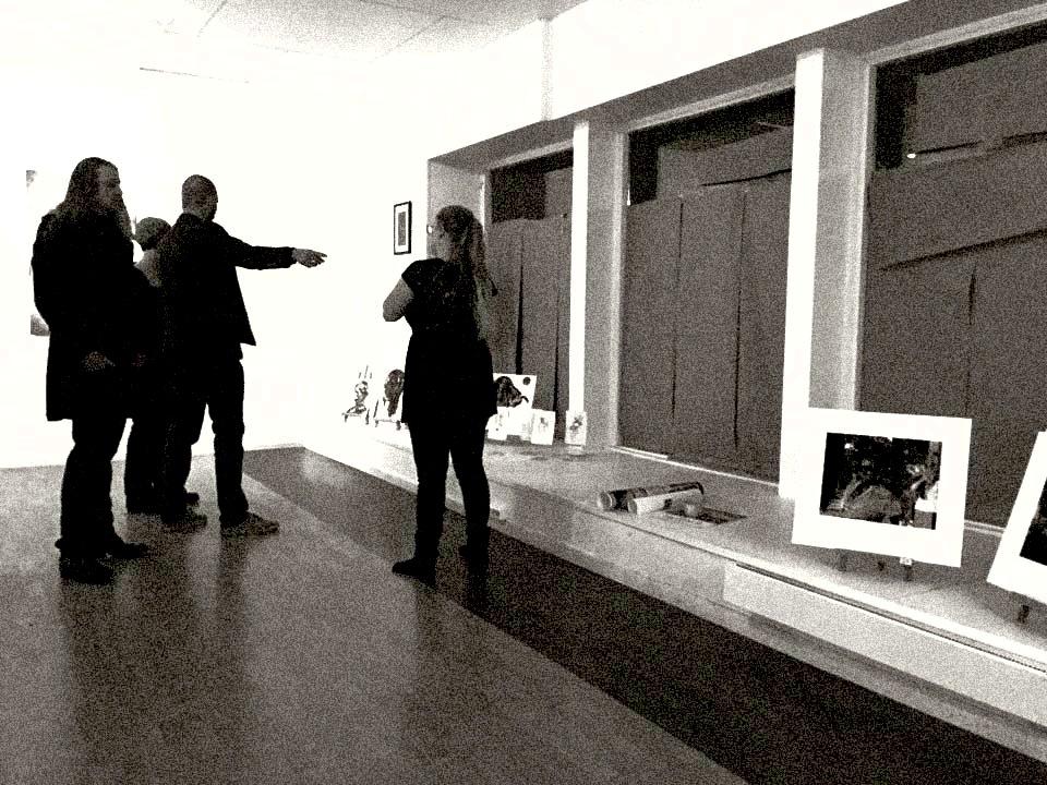 Med Ørjan Elias Ebbesen Eikemo, Svein Tråserud og Hannah Steinum Kvalvik. Bildet er tatt i forkant av utstillingen. Gråpapiret i vinduet lot utstillingen være en overraskelse frem tiL utstillingsåpningen den 13. november