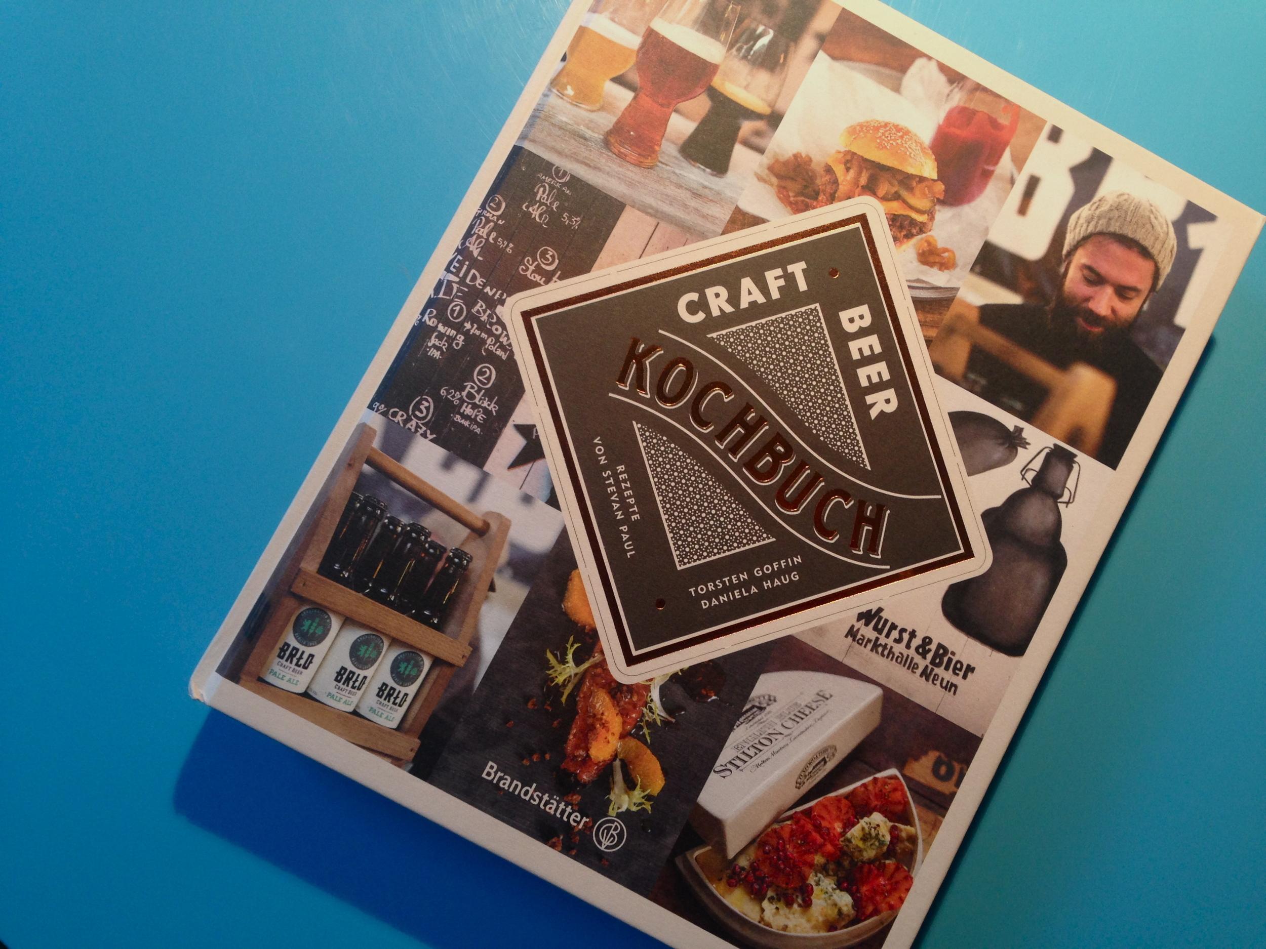 Liegt griffbereit auf unserem Küchentisch: das neue Craft Beer Kochbuch.