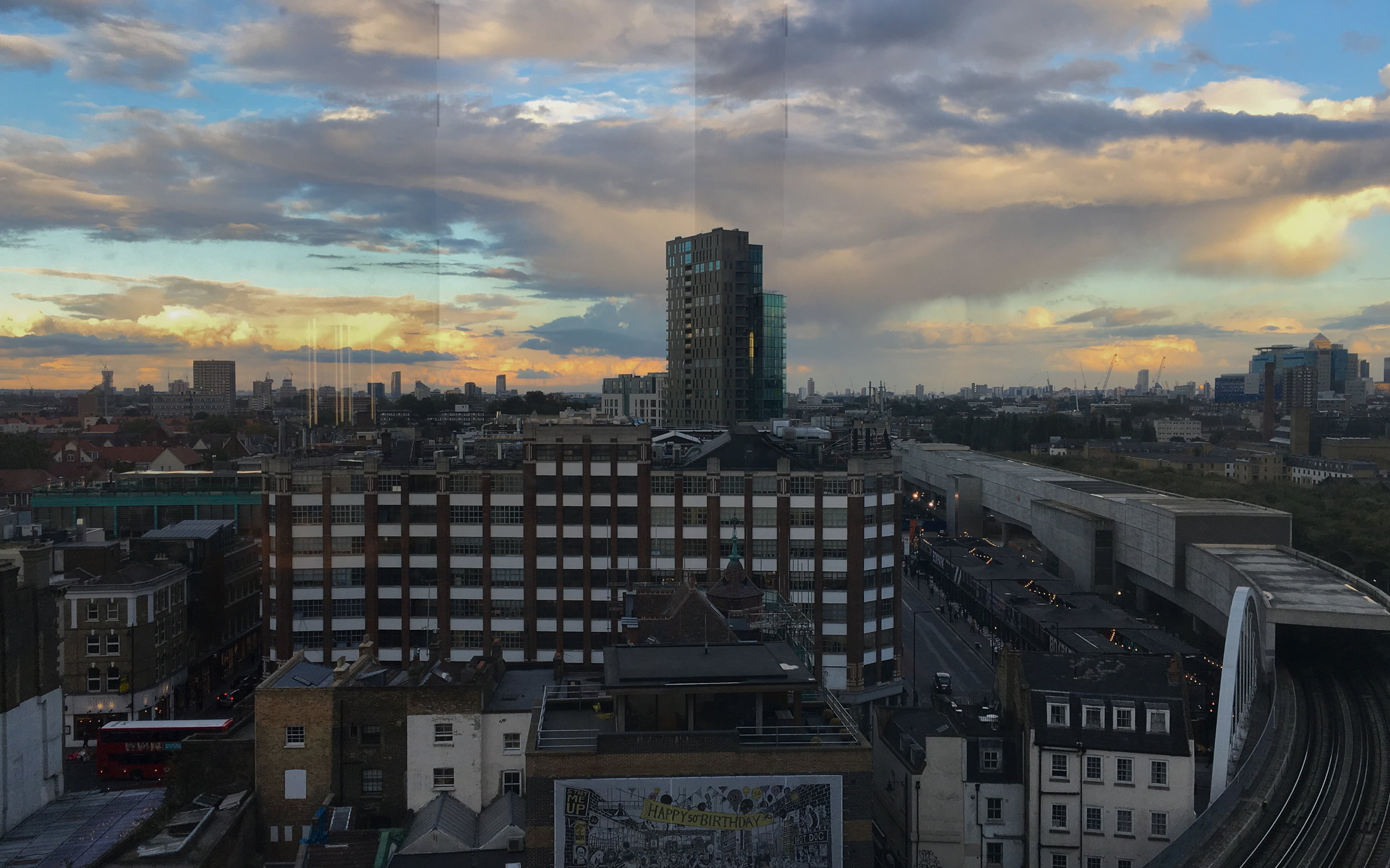 Blick aus dem Hotelfenster: Wenn man genau hinschaut, entdeckt man das Andina ganz links unten, hinter dem roten Doppeldecker, an der Ecke Redchurch und Shoreditch High Street.