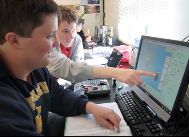Alumnos usando simulaciones PhET.