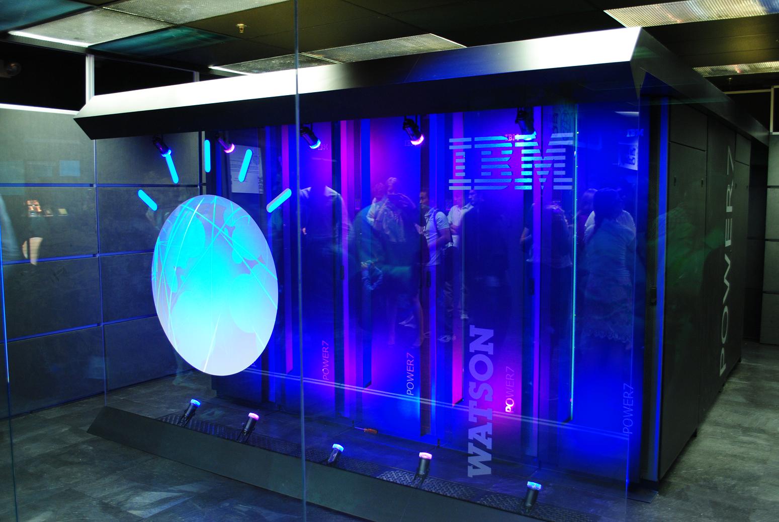 IBM invertirá $240 millones de dólares para crear el MIT-IBM Watson AI Lab,un proyecto colaborativo a 10 años con el MIT con el objetivo de impulsar logros científicos en el campo de la inteligencia artificial. - Foto:Clockready / Wikimedia Commons.