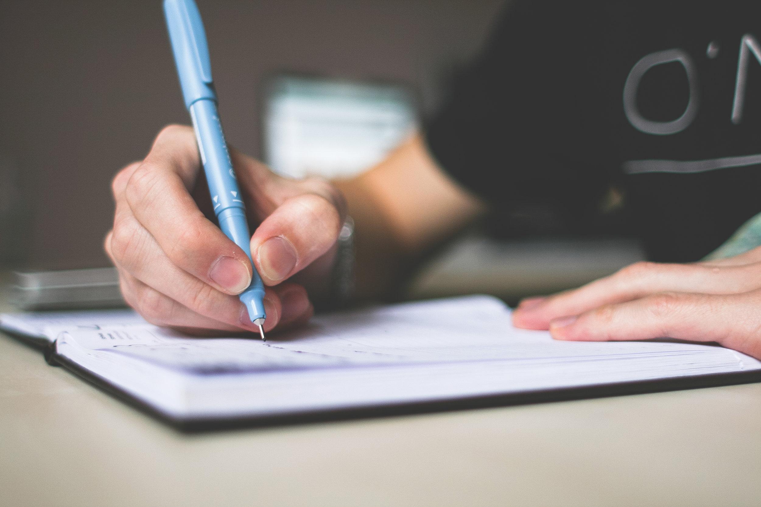 De acuerdo con un nuevo estudio, el 96% de los padres de familia piensan que el papel es esencial para el aprendizaje de sus hijos y que estos aprenden mejor cuando escriben a mano. -