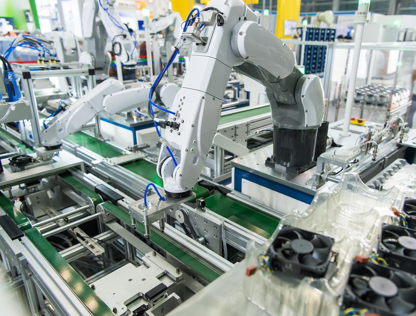 Maquina trabajando con mando a distancia en un laboratorio remoto