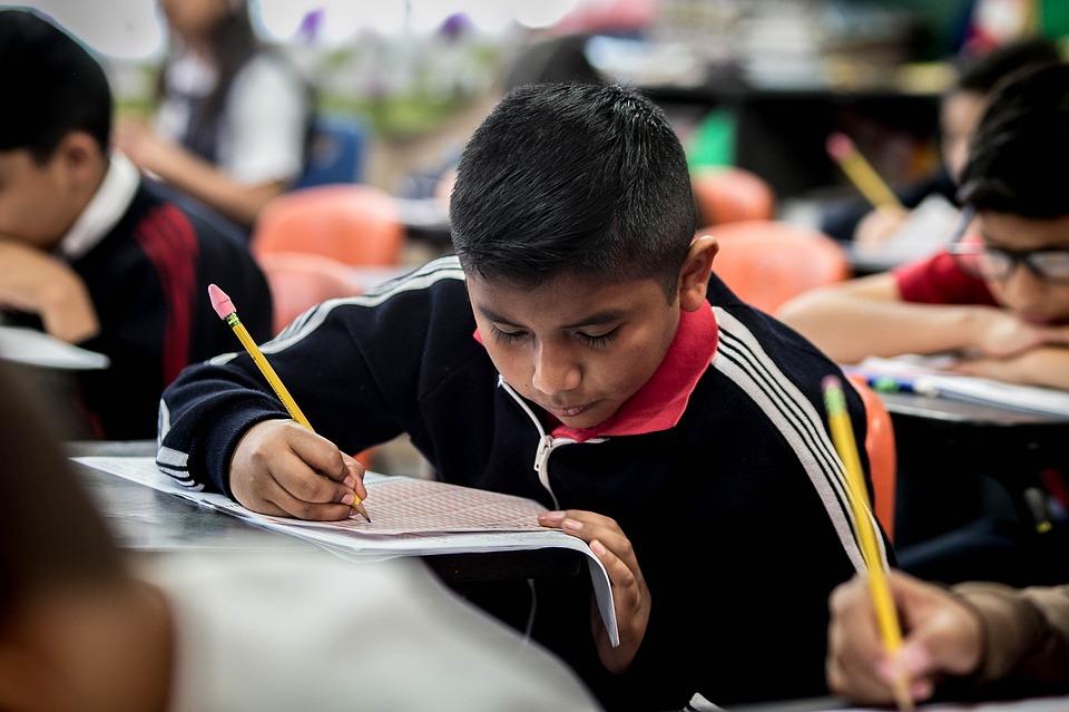 Investigadores del MIT sugieren que se puede aprender un idioma con gran aptitud hasta los 17 o 18 años, pero hablarlo de manera nativa solo hasta los 10. -